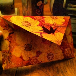 Isn't the envelop just fab? I felt it really added to the Asian theme of the oragami. :D